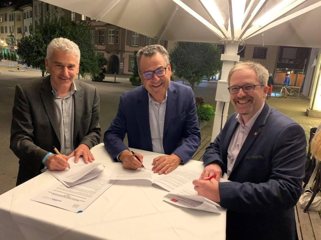 From left to right: Ueli Stuckelberger, VÖV-UTP Secretary General; Mohamed Mezghani UITP Secretary General*; and Helmut Eichhorn, Managing Director Alliance SwissPass, sign an agreement between the three organisations.